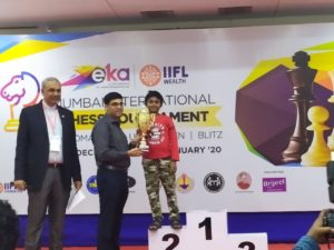 Read more about the article Daakshin receiving second prize in under 10 IIFL Open from GM Anand
